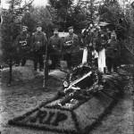 <!--:da-->Tysk militærmusikere ved fransk krigsfanges grav<!--:--> <!--:de-->Deutsche Militärmusiker am Grab eines französischen Kriegsgefangenen, um 1915.<!--:--> <!--:en-->German military music at the grave of a French POW, ca. 1915.<!--:-->