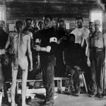 <!--:da-->Undersøgelse af nyankomne til krigsfangelejren<!--:--> <!--:de-->Untersuchung von Neuankömmlingen im Kriegsgefangenenlager.<!--:--> <!--:en-->Examination of new arrivals at a POW. <!--:-->