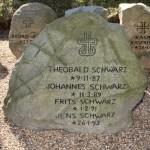 <!--:da-->Mindesten over fire brødre, Broager Kirkegård.<!--:--> <!--:de-->Denkmal für vier gefallene Brüder, Friedhof Broacker.<!--:--> <!--:en-->Memorial to the four brothers who fell, Broager churchyard.<!--:-->