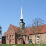 <!--:da-->Aabenraa Skt. Nikolaj med mindesmærket over byens faldne<!--:-->