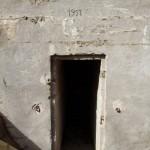 <!--:da-->Den vestlige indgang til Elfriede, Arrild halvdelingsbunker.<!--:--> <!--:de-->Der westliche Eingang zu Elfriede, Halbzugbunker Arrild.<!--:--> <!--:en-->Western entrance to 'Elfriede', Arrild half-platoon bunker.<!--:-->