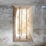 <!--:da-->Vindue med tremmer, Arrild halvdelingsbunker.<!--:--> <!--:de-->Fernster mit Gitterstäben Halbzugbunker Arrild.<!--:--> <!--:en-->Window with bars, Arrild half-platoon bunker.<!--:-->