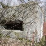 <!--:da-->Skydeskår til revolverkanon, Arrild flankeringsbunker.<!--:--> <!--:de-->Schießscharte für Revolverkanone, Flankenbunker Arrild.<!--:--> <!--:en-->Embrasure for the revolving cannon, Arrild flanking bunker.<!--:-->