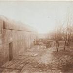 <!--:da-->Ammunitionsbunker m. tipvognspor, Gammelskovbatteri o. 1919.<!--:--> <!--:de-->Munitionsbunker mit Lorengleis, Gammelskovbatterie um 1919.<!--:--> <!--:en-->Ammunition bunker with tipping wagon tracks, Gammelskov battery ca. 1919.<!--:-->