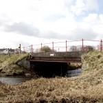 <!--:da-->Pionerbroens østside med jerndrager til opstemning.<!--:--> <!--:de-->Ostseite der Pionierbrücke mit Eisenträger zum Stauen.<!--:--> <!--:en-->Eastern side of the bridge with the iron girder used to dam the river. <!--:-->