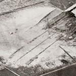 <!--:da-->Toska-hallen under opførelse 1915.<!--:--> <!--:de-->Toska-Halle während der Errichtung 1915.<!--:--> <!--:en-->Toska hangar under construction, 1915.<!--:-->