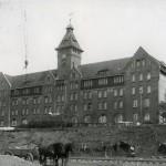 <!--:da-->Artilleriskolens bygning.<!--:--> <!--:de-->Gebäude der Artillerieschulen.<!--:--> <!--:en-->Gunnery school building.<!--:-->