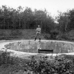 <!--:da-->Kanonbriske m. dansk soldat, Gammelskovbatteri.<!--:--> <!--:de-->Kanonenbettung m. dänischem Soldat, um 1921.<!--:--> <!--:en-->Firing platform with a Danish soldier, ca. 1921.<!--:-->